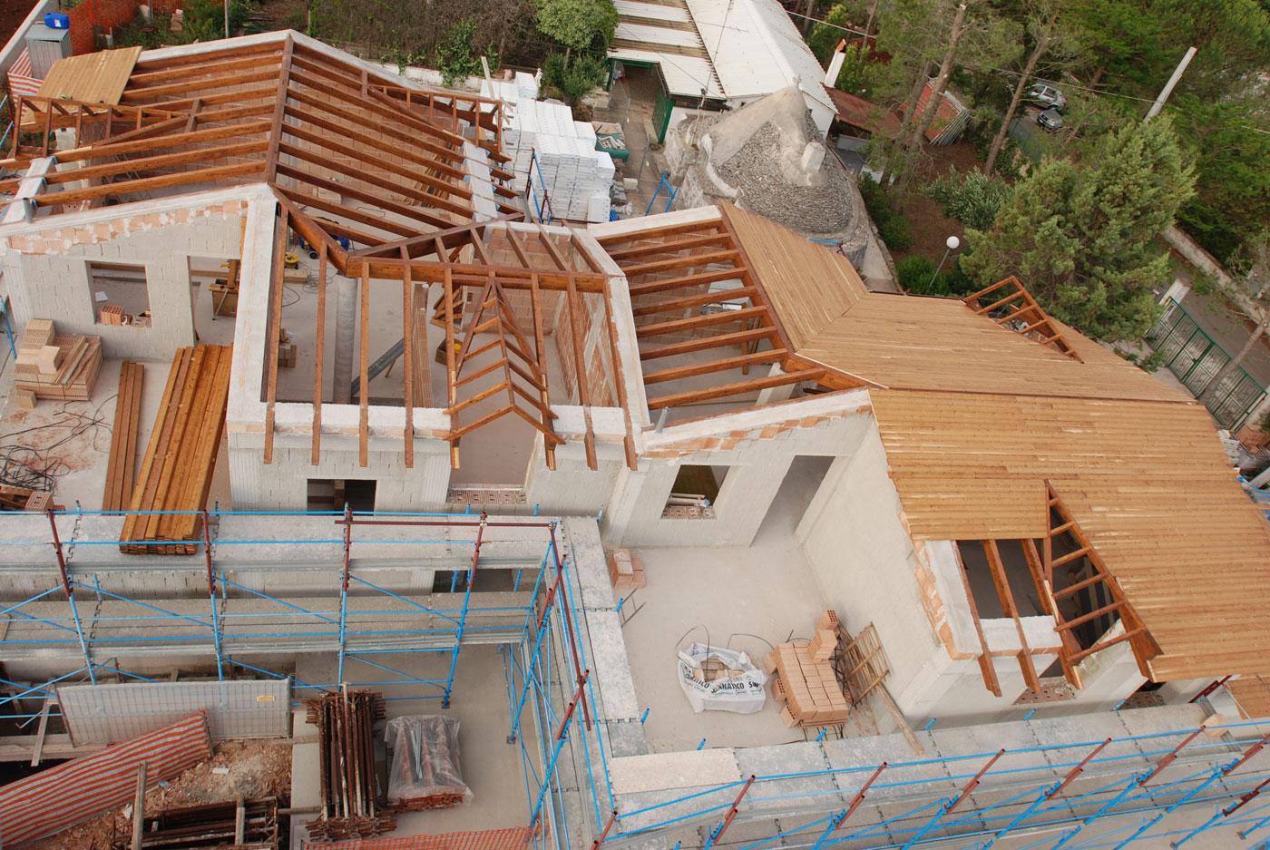 Tetto in legno lamellare villetta bifamiliare a noci for Costo tetto in legno al mq